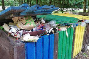 FOTOMIGAWKA: Góra śmieci  na parkingu leśnym