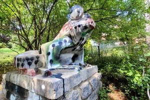 Pomalowali żabę w parku w Olsztynie. Znowu?