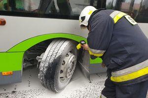 W autobusie pod Olsztynem zapaliła się opona. Kierowca szybko ugasił pożar