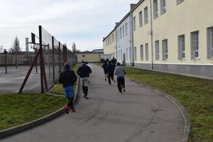 Życiowe zawirowania ograniczyły bieganie do więziennego spacerniaka.