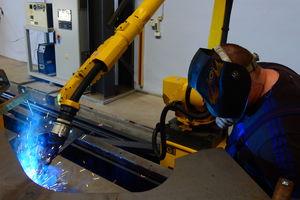 Nowoczesny robot spawalniczy pracuje w kurzętnickim Expomie
