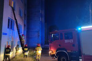 Chwile grozy w Olsztynie. Strażacy wchodzili przez okno do akademika w Kortowie [ZDJĘCIA]