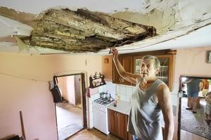 Zerwał się sufit, za chwilę runie dom. Co na to urzędnicy? [WIDEO]