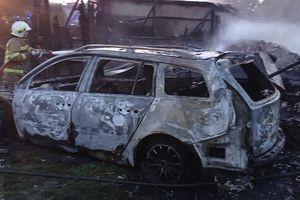 Spłonął budynek gospodarczy i samochód