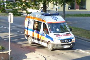 Wypadek na ul. Broniewskiego, jedna osoba w szpitalu