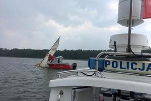 Wiatr przewrócił żaglówkę. Rodzinę turystów uratowali wodniacy