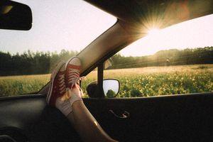 Jedziesz w podróż? Pamiętaj, żeby nie trzymać nóg na desce rozdzielczej
