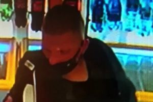 Ukradł porftel, a potem płacił skradzioną kartą. Policja szuka złodzieja z Olsztyna [VIDEO]