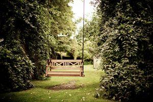 Huśtawka ogrodowa - odrobina relaksu w ogrodzie