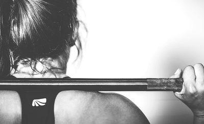 Jakie ćwiczenia ze sztangą warto wykonywać?