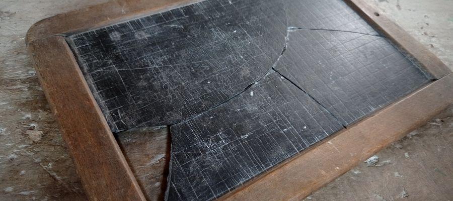 Prostokątna, gładka z obu stron tabliczka z kamienia łupkowego, oprawiona w drewnianą ramkę, przeznaczona była do nauki pisania, rachowania i rysowania