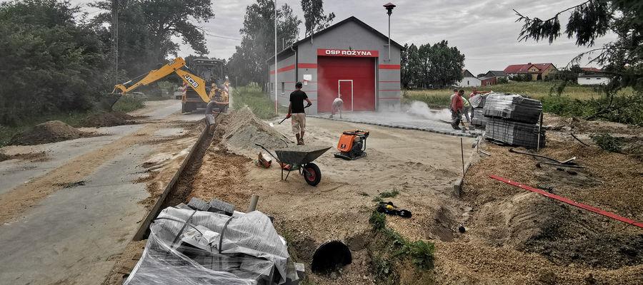 Utwardzenie placu kostką polbrukową poprawi warunki pracy strażaków