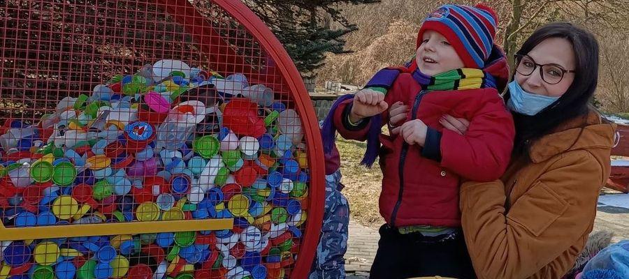 """Dzieci z przedszkola w nowomiejskiej """"Trójce"""" też wsparły akcję zbiórki nakrętek"""