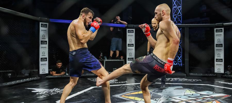 Dominik Jusis (MMA Team Ostróda, z prawej strony) pokonał na punkty reprezentanta Ankos MMA Syvatoslava Zhimanova
