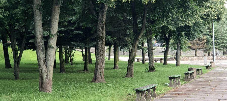 Ławki przy Placu Bohaterów Westerplatte w Bartoszycach