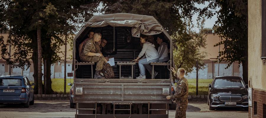 Pod bramą 43 Batalionu Lekkiej Piechoty w Braniewie stawiło się 65 osób