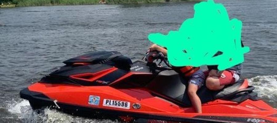 Z jednej z przystani wodnych znajdujących się na jeziorze Jeziorak skradziono skuter wodny SEADOO RXP300, kolor czerwony