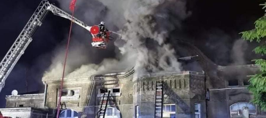 Budynek wielorodzinny w Kantowie w trakcie pożaru — cały obiekt został wyłączony z użytkowania decyzją Powiatowego Inspektora Nadzoru Budowlanego w Iławie