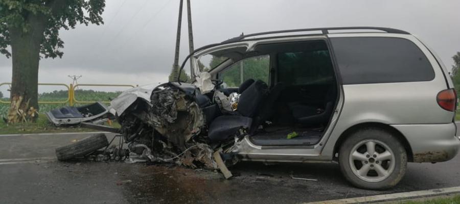 W Grabowcu kierowca osobówki uderzył w drzewo. Mężczyzna był zakleszczony w pojeździe i nieprzytomny