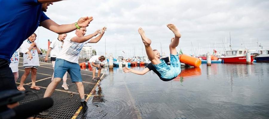 Natan Dziedziak (SSW MOS Iława) ląduje w wodach Zatoki Gdańskiej — taka żeglarska tradycja, że mistrza czeka kąpiel!