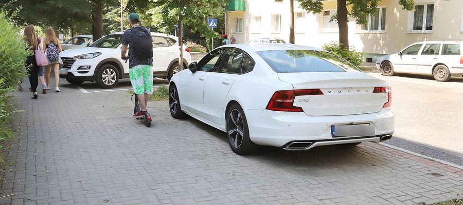 Mieszkaniec Olsztyna stanął na nieoznakowanym miejscu.  Czy w takim wypadku musi również kupić bilet postojowy?