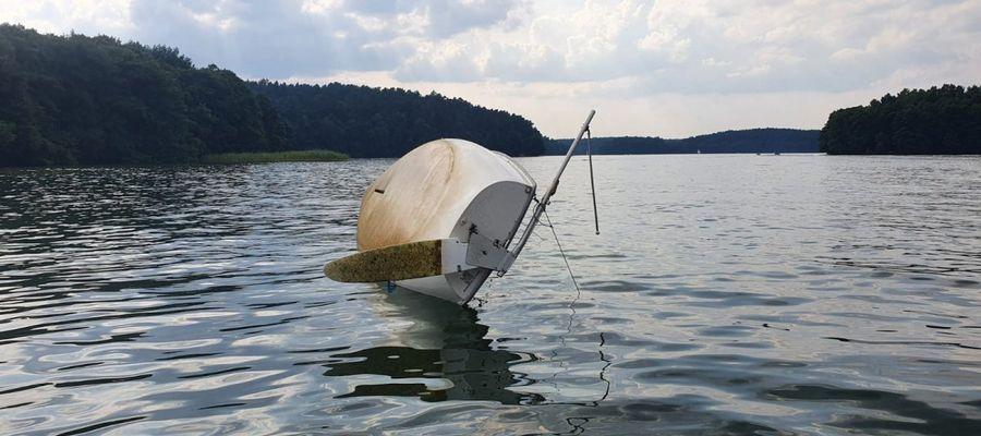 Z łodzi wypadły dzieci, jedno zaplątało się w linkę