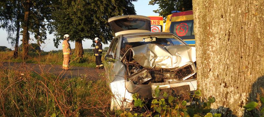 Pojazd sprawcy po zderzeniu bocznym uderzył w drzewo