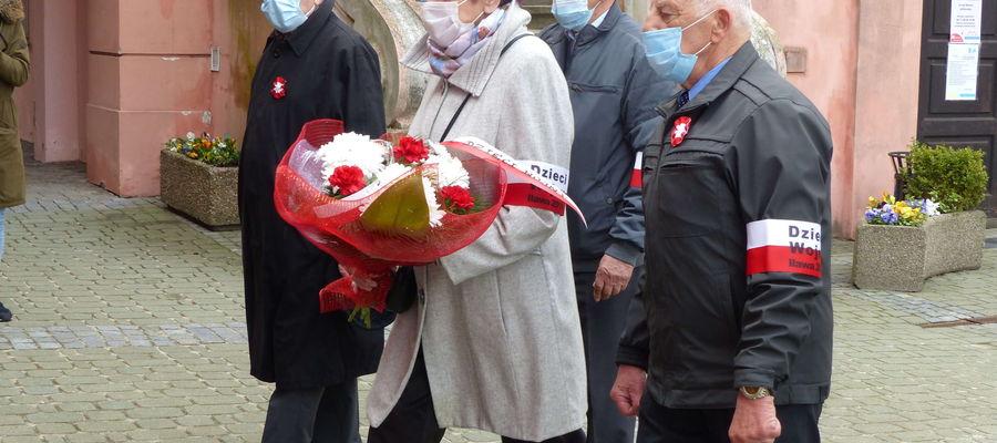 Członkowie Dzieci Wojny 3 maja złożyli kwiaty przy ratuszu, upamiętniającej 100 lat odzyskania niepodległości przez Polskę. Od lewej: Antoni Kwaśniewski, Anna Sadaj, Stefan Opaliński i Adam Barański