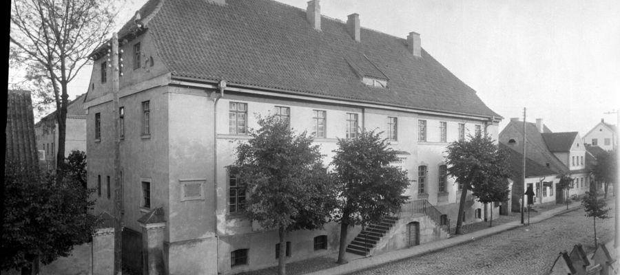 Za siedzibą Sądu Obwodowego widoczny jest fragment budynku więzienia. To jedyne znane nam do dzisiaj zdjęcie przedstawiające ten obiekt.