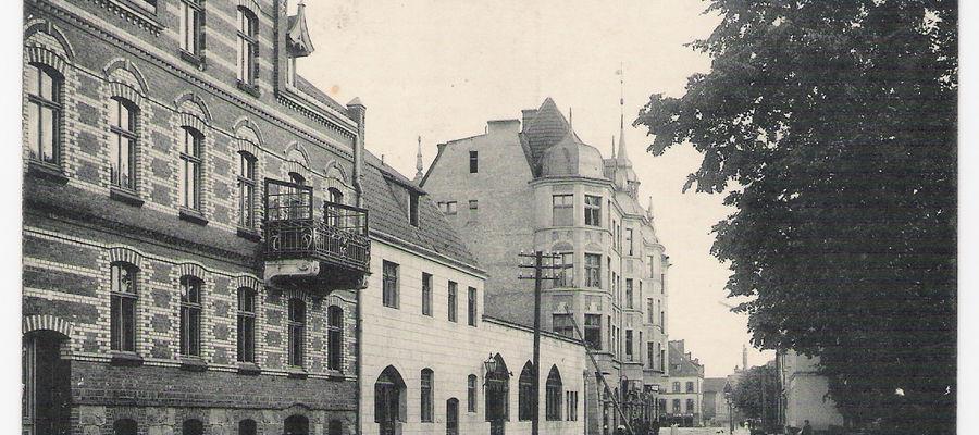 Na tyłach hotelu Graf Yorck, od strony ulicy Pocztowej, mieściła się drukarnia należąca do Antoniego Alojzego Gąsiorowskiego, za sprawą którego Pisz był w drugiej połowie XIX wieku ważnym ośrodkiem wydawniczym na Mazurach.