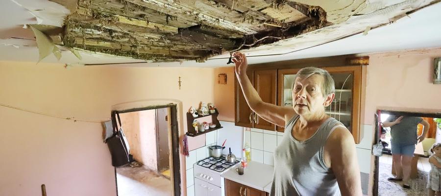 Dom Janiny Janowskiej, który należy do gminy, jest w fatalnym stanie. Potwierdził to zerwany sufit.