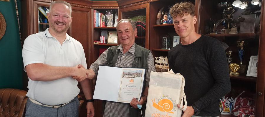Od lewej: wójjt gminy Wydminy Radosław Król, Józef Bielenica i Jakub Orłowski