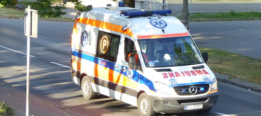 Zdjęcie ilustracyjne — karetka jadąca ul. Sobieskiego w Iławie