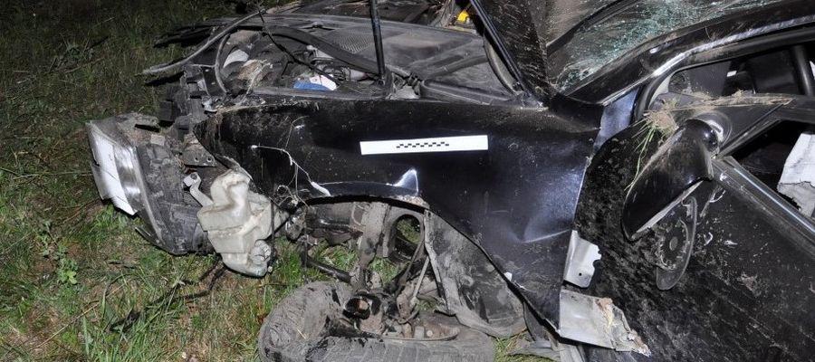 Kierujący pojazdem marki VW Passat uderzył w drzewo. Miał ponad 2 promile alkoholu w organizmie i był poszukiwany przez organy ścigania.