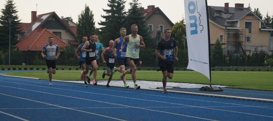 Marcin Ambroziak (w jasnej koszulce) mknie po rekord cyklu