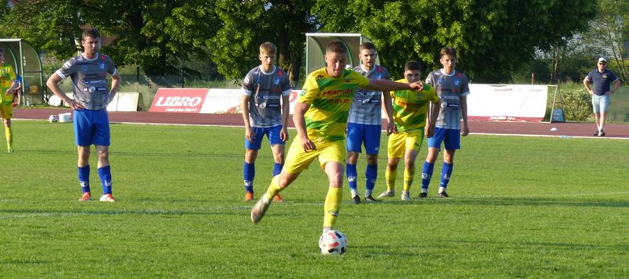 Cezary Sobolewski (tu akurat podczas wykonywania rzutu karnego w meczu z Jeziorakiem Iława) w dwóch dotychczasowych sparingach zdobył dwa gole