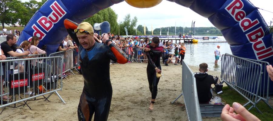 """Pływanie (1,9 km) już za nimi. Teraz jeszcze """"tylko"""" 90 km na rowerze, 21 km biegu i można jechać do domu ;)"""