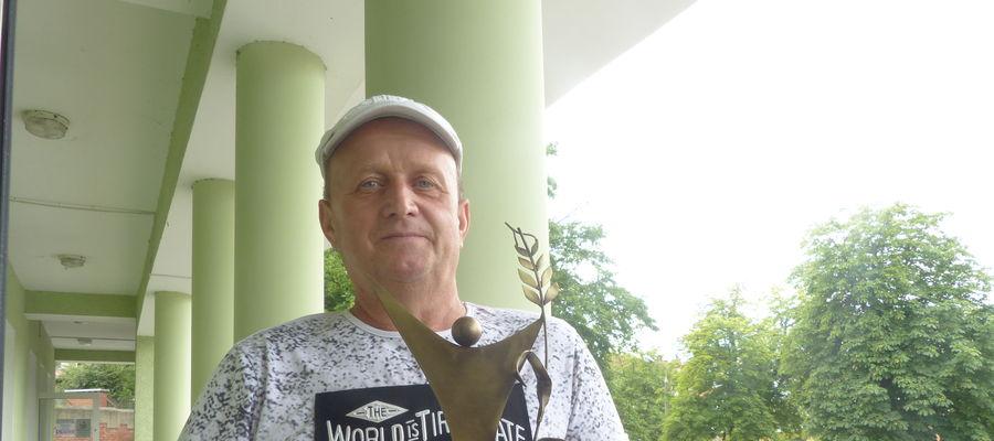 Andrzej Szarszewski z pamiątkową statuetką