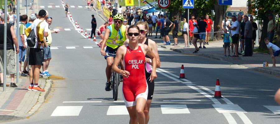 Susz Triathlon 2019 na ulicach miasta, tu akurat rywalizacja kobiecej elity na dystansie sprint. Na pierwszym planie Agnieszka Cieślak