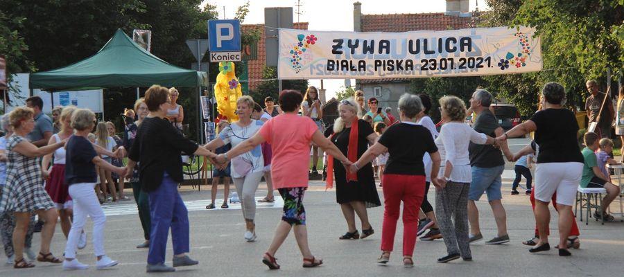 W Białej Piskiej seniorzy rozgrzali mieszkańców i turystów tańcem Jerusalema