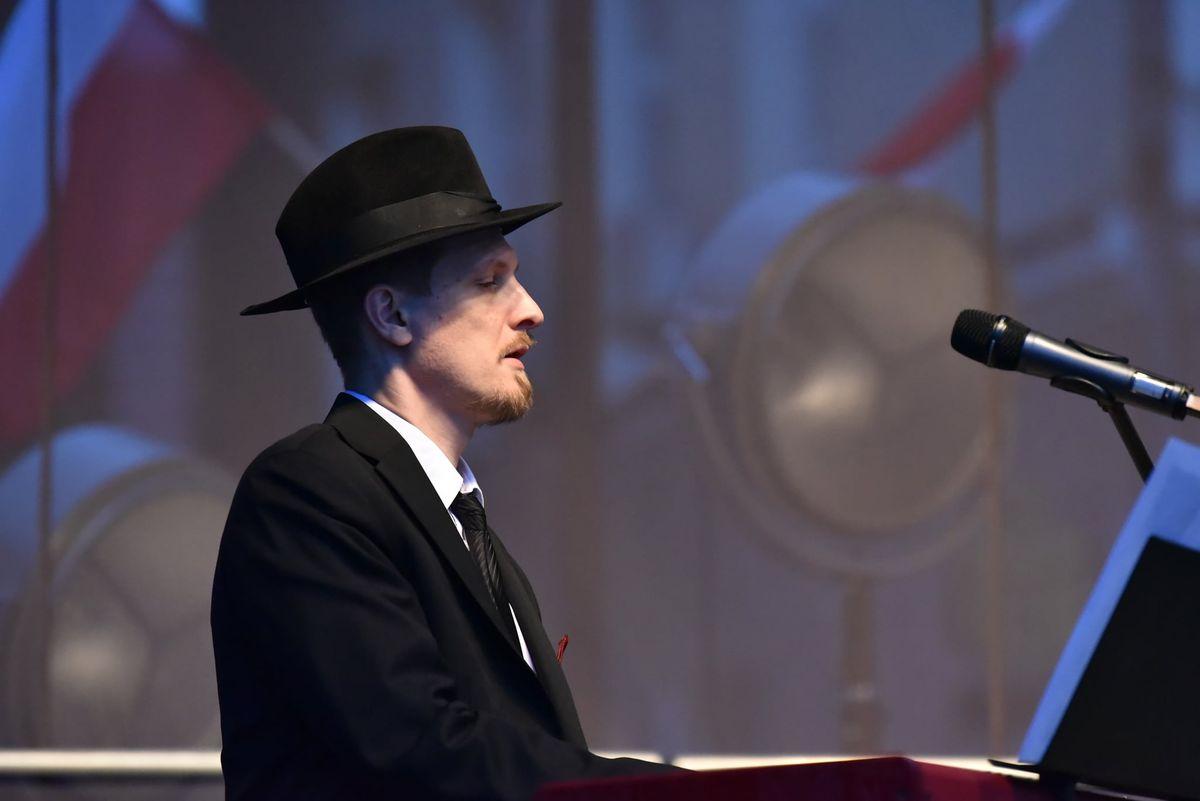 Tomaszowi Stockingerowi akompaniował pianista, Stefan Gąsieniec