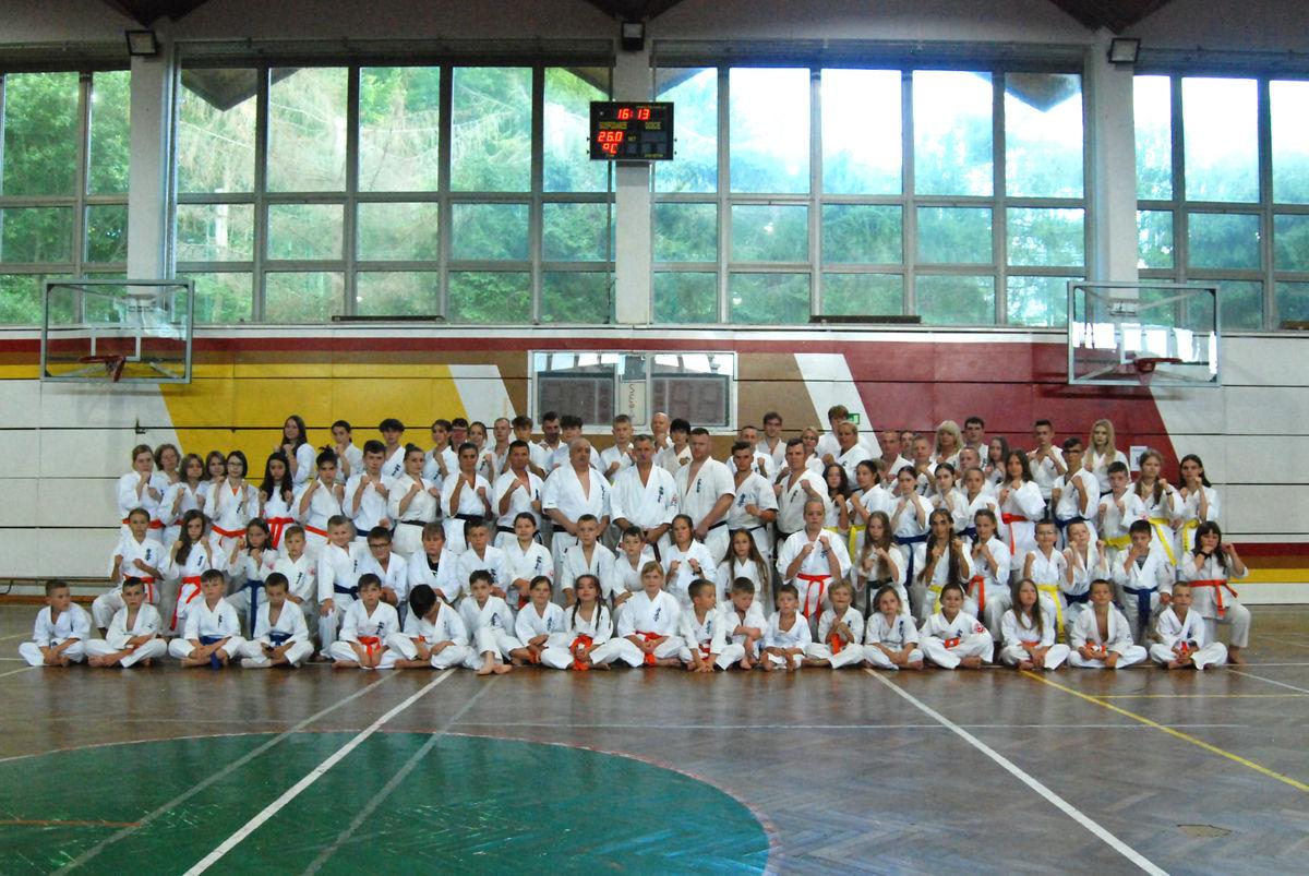 W obozie uczestniczyło w nim 120 zawodniczek i zawodników z kilku klubów karate