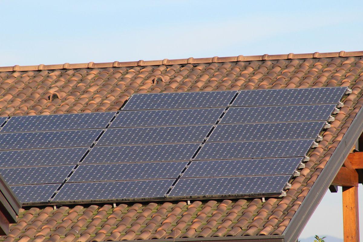 Zdecydowana większość dachów bez problemów wytrzyma instalację paneli.