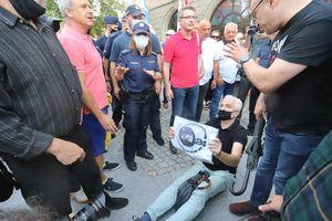 Wiemy, kim był mężczyzna z wczorajszych protestów pod olsztyńskim ratuszem. To Stanislas Balcerac. Były udziałowiec TVN [ZDJĘCIA]