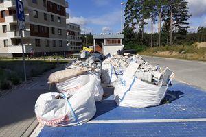 Gruz i śmieci straszą mieszkańców osiedla Sterowców w Dywitach