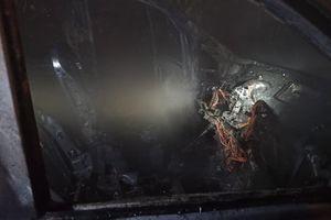 Mercedes w ogniu. Nocny pożar samochodu [ZDJĘCIA]