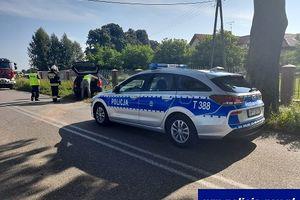 Pod Działdowem kierowca VW uderzył w drzewo: 4 osoby, w tym 2 dzieci trafiły do szpitala