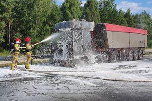 Pożar na drodze S-51 w kierunku Olsztyna. Ciężarówka z naczepą stanęła w ogniu