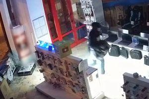 Wszedł do sklepu razem z szybą i ukradł komputer. Policja szuka złodzieja, który włamał się do jednego z olsztyńskich sklepów [VIDEO]