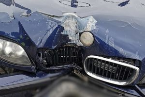 Zderzenie BMW z autobusem na skrzyżowaniu ul. Wilczyńskiego/Boenigka w Olsztynie